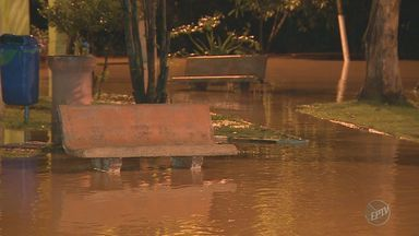 Rio Atibaia transborda e preocupa moradores no Distrito de Sousas, em Campinas - A cheia do rio atingiu o distrito durante a madrugada desta quarta-feira (18). O subprefeito informou que monitoramento começou a ser feito ainda na terça.
