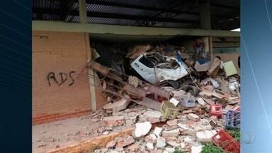 Caminhão bate em carro e invade rodoviária em São Francisco de Goiás - eto do prédio, que fica na GO-080, desabou parcialmente com o impacto. Pelo menos quatro pessoas ficaram feridas, uma em estado grave.