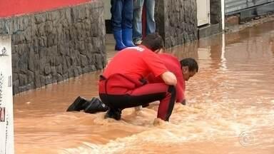 Chuva deixa Defesa Civil de Jundiaí em estado de atenção - Jundiaí está em estado de atenção por causa da chuva. De acordo com a Defesa Civil, choveu nas últimas 72 horas mais de 185 milímetros. Isso corresponde a 73% de todo o esperado pro mês de janeiro. E devido a essa chuvarada toda, o rio Jundiaí atingiu, nesta madrugada, seu limite de segurança de volume de água, e ficou mais de 3 metros acima do normal.
