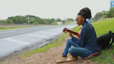 Artista de Sergipe já percorreu 5 mil quilômetros levando música para as ruas das cidades - Há cinco anos ela resolveu abandonar o palco convencional.