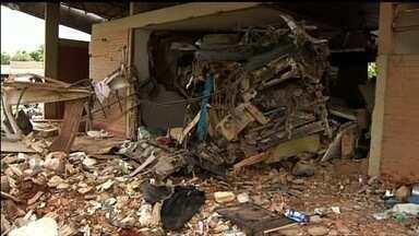 Após acidente, parte de rodoviária é destruída por risco de desabamento - Bombeiros interditaram o local para evitar que pessoas se machuquem.