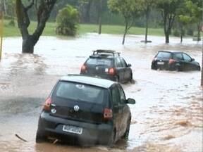 Chuva causa alagamentos e transtornos em Presidente Prudente - Uma lanchonete da cidade acabou invadida pela água.
