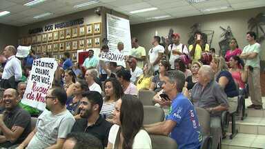 Com muito protesto, vereadores presos de Foz tomam posse - Eles estão presos por causa da operação Pecúlio.