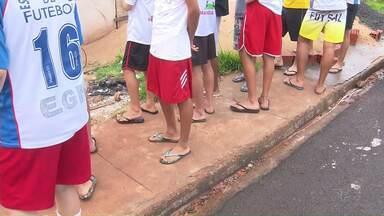 Adolescentes retirados de alojamento de escolinha de futebol voltam para casa - Segundo o Conselho Tutelar a Escolinha funcionava de forma irregular