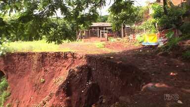 Defesa Civil vai interditar casas em volta de cratera na Zona Oeste de Londrina - Buraco se formou no Santa Rita, e é um risco à segurança dos moradores.