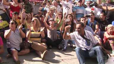Vereadores que estão presos saem da cadeia para tomar posse em Foz do Iguaçu - Houve protestos do lado de fora da Câmara