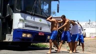 Tropa de choque retira de Alcaçuz 220 presos de uma facção - Eles estavam amotinados há cinco dias no maior presídio do RN. Durante a transferência, nove ônibus e um carro foram incendiados.