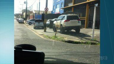 Moradores enviam imagens de mais calçadas com problemas em Ponta Grossa - Carros estacionados, mato, buracos, entre outros problemas são mostrados no Paraná TV.