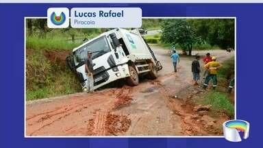 Caminhão cai em valeta após deslizar na lama em Piracaia - Moradores do bairro reclamam da lama nas ruas.