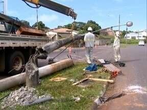 Homem fica gravemente ferido em acidente no Jardim Itatiaia - Veículo em que a vítima estava capotou e depois atingiu um poste.