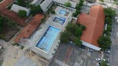 Piscinas abandonas são locais propícios para formação de focos da dengue - Veja como manter a piscina limpa e livre do mosquito.