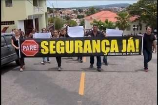 Comerciantes fecham portas e vão às ruas contra violência em Pitangui - Dono de loja de celulares foi assassinado com tiro ao reagir a um assalto no estabelecimento. Faixas e cartazes representaram indignação.