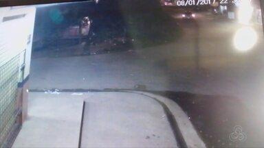 Vídeo mostra carro atropelando família em Macapá; uma criança está internada - Condutor do veículo não prestou ajuda à família.