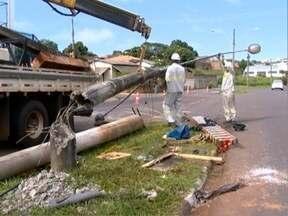 Vítima de acidente de trânsito segue internado em Prudente - Rapaz bateu o carro que dirigia em um poste.