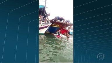 Vídeo exclusivo mostra imagens de socorro as vítimas minutos depois de acidente em Paraty - Vídeo exclusivo mostra imagens de socorro as vítimas minutos depois do acidente. Barcos de pescadores conseguiram chegar bem perto do local do acidente.