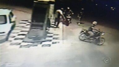 Câmera flagra suspeito de homicídio comprando combustível - O jovem de 22 anos suspeito de matar um homem que foi encontrado com sinais de queimaduras na tarde de segunda-feira (16) em Lençóis Paulista (SP) confessou ter comprado gasolina para atear fogo no corpo da vítima de 38 anos. A câmera de segurança de um posto de combustíveis registrou o momento em que o rapaz chega em uma moto no local. (veja o vídeo acima)