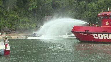 Incêndio atinge embarcação de luxo em praia de Guarujá - Dois homens que estavam na embarcação conseguiram se salvar.
