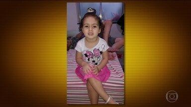 Menina de 2 anos morre atingida por bala perdida em lanchonete no Rio - Na Zona Norte do Rio, uma menina de 2 anos e meio foi baleada no parquinho de uma lanchonete. Essa tragédia aconteceu durante uma perseguição entre policiais e bandidos.