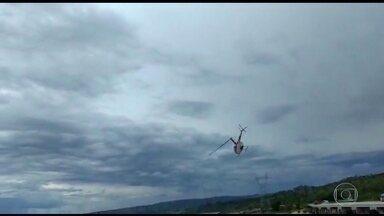 Helicóptero cai em represa de MG - Um helicóptero caiu dentro de uma represa em Capitólio, Minas Gerais. As imagens mostram o momento em que a aeronave faz uma manobra e cai dentro d'água. Quatro pessoas estavam à bordo e tiveram ferimentos leves.