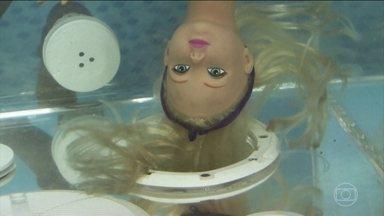 Ralos de piscina devem ter proteção adequada para evitar acidentes - Os ralos podem sugar os cabelos e estragar a brincadeira da criançada. Os maiores riscos vêm do fundo da piscina. Veja o que aconteceria com uma pessoa se ela mergulhasse perto de um ralo sem tampa.