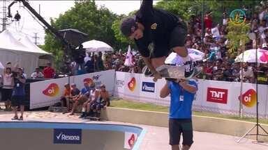 Pedro Barros usa o bowl inteiro sem equipamento e faz volta espetacular - Pedro Barros usa o bowl inteiro sem equipamento e faz volta espetacular no Mundial de Bowl Jam.