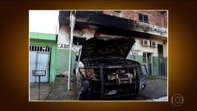 Carro da Força Nacional é incendiado em Alagoas - O fogo também atingiu um prédio da Companhia de Polícia Militar. De acordo com a PM, câmeras de segurança filmaram um homem, que desceu de um carro, jogou um liquido na viatura e ateou fogo.