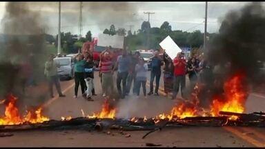 Moradores do Incra 8 fecham estradas em protesto contra derrubadas - As derrubadas começaram semana passada na região de Brazlândia. Manifestantes colocaram fogo em pneus.