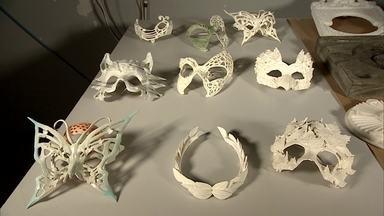 Empresário do setor de autopeças produz máscaras sofisticadas de carnaval com impressão 3D - Uma diretora de carnaval diz ao empresario se esta mistura vai dar samba.