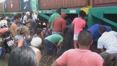 Mulher de 38 anos fica ferida após ser atropelada por trem em São Carlos, SP - Vítima teria torcido o pé quando atravessava o local, dizem testemunhas.