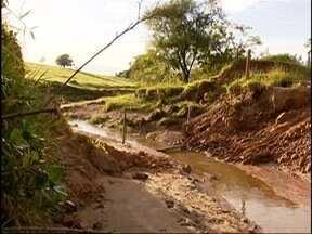 Rompimento de tubulação prejudica moradores de Pacaembu - Estrutura foi afetada pelas chuvas.