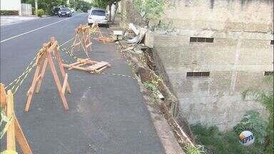 Após chuva em janeiro, calçada continua destruída em parque em Ribeirão Preto, SP - Situação gera perigo para pedestres, motoristas e motociclistas.