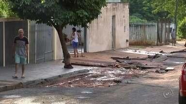 Bauru faz força-tarefa para consertar buracos nas ruas - Uma força-tarefa está nas ruas de Bauru (SP) tentando consertando buracos em alguns bairros da cidade. As chuvas que atingiram a cidade recentemente só pioraram a situação de lugares que já estavam ruins.