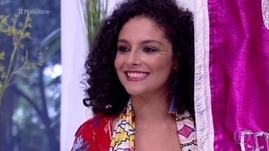 Tatiana percorre blocos de Carnaval como glitter designer - Estudante vende serviço de 'maquiagem express' com glitter e purpurina