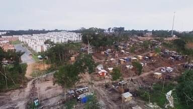 Famílias voltam a ocupar área de invasão em Manaus - Na Nova Cidade, uma área verde foi devastada.
