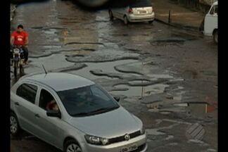 Buracos na rodovia Transcoqueiro favorecem assaltos a motoristas - Por causa dos buracos, os motoristas reduzem a velocidade e aí são atacados pelos bandidos.