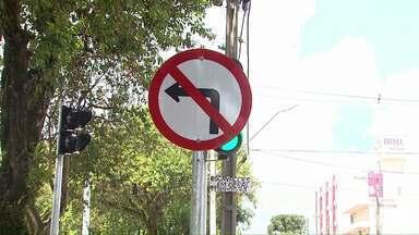 Em Cascavel motoristas continuam fazendo conversões à esquerda - Depois de revitalização, a manobra foi proibida na Avenida Brasil.