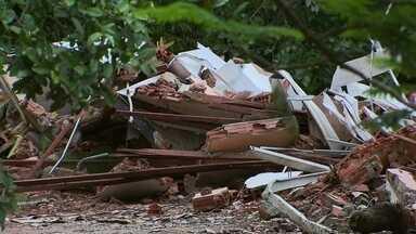 Agefis derruba construções irregulares no Parque Ecológico Ezequias Heringer, no Guará - Desde segunda-feira a Agefis esta com uma operação de derrubada de invasões. Mais de 80 chacareiros foram notificados.