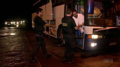 Ônibus que levava pacientes de Foz para Curitiba é apreendido com mercadorias do Paraguai - Mercadorias foram encontradas em bagagem de passageiras que não estavam na lista de pacientes.