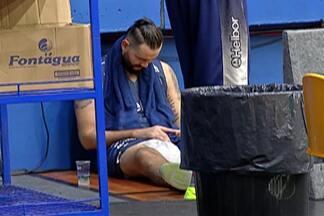 Após sofrer nova lesão, Caio Torres desfalca Mogi Basquete - Jogador chegou ao treino da última quinta-feira (9), mas não conseguiu se exercitar.