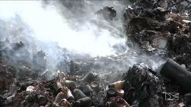 Lixo é descartado de forma irregular em terreno em Balsas - Todo o lixo produzido em hospitais, clínicas e laboratórios da cidade está sendo descartado num terreno que pertence a prefeitura.