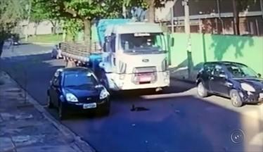Buraco atrapalha motoristas que transitam na Vila Seabra em Bauru - Buraco atrapalham motoristas que passam pela Vila Seabra em Bauru (SP) e eles registraram o perigo.