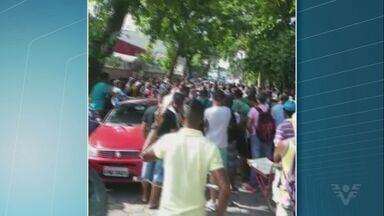 Desempregados fazem protesto em Cubatão - Eles se reuniram em frente a porta do futuro Posto de Atendimento ao Trabalhador.
