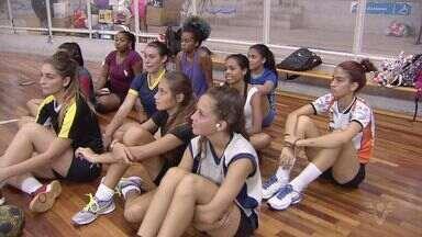 Santos realiza peneira para equipe de handebol feminino - Técnica Mônica Neves fala sobre as avaliações.