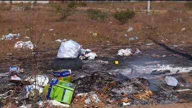 Falta de atenção das pessoas gera incêndios - Muita gente provoca incêndios por queimar lixo em terrenos baldios