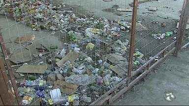 Ruas acumulam lixo em Caruaru, no Agreste - Secretaria de Serviços Públicos informou que está sendo feito um levantamento para instalação de novas lixeiras e reposição das já existentes.
