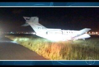 Avião que transportava Aécio Neves faz pouso de emergência em SP - Problema em trem de pouso fez aeronave passar dos limites da pista de Cumbica.
