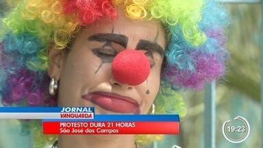 Mãe deixa porta da escola após 21h de protesto em São José - Ela pedia a matrícula para duas filhas.