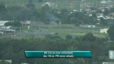 BR 376 ficará interditada por 5 horas neste sábado - O trânsito na rodovia será interrompido para a retirada do caminhão que caiu em um rio, na última quarta-feira.