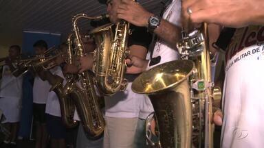 Policiais militares ensaiam para sairem no Bloco Vulcão nas prévias de Maceió - Este ano, além da banda da polícia, cantora de axé vai animar a festa.