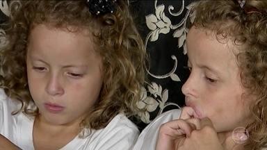 Beijo pode diagnosticar a fibrose cística - Ana Clara e Ana Julia foram deixadas em um abrigo para adoção. Foi difícil encontrar um lar porque elas estavam doentes e ninguém sabia o motivo. Depois de muita luta para a adoção, com um ano e cinco meses, foi a avó que descobriu o que elas tinham.